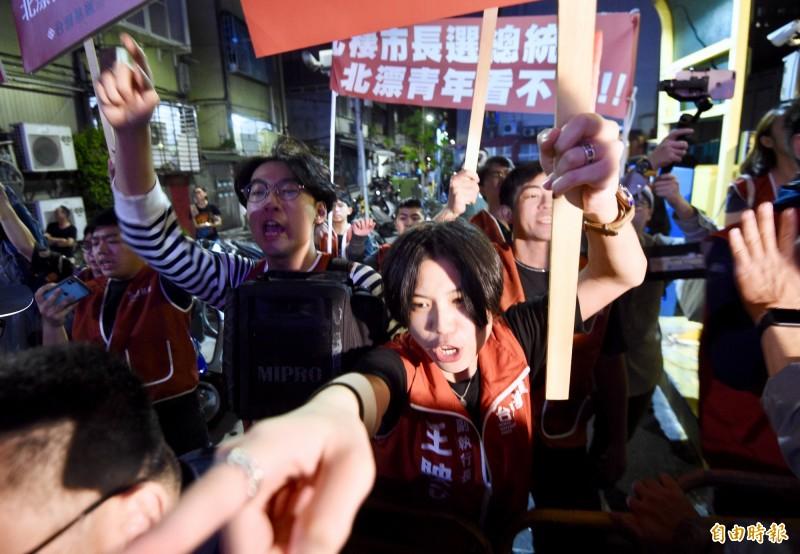 國民黨總統參選人韓國瑜陣營27日晚間舉辦北部首場「走出同溫層」青年政策論壇,活動開始前,反韓及挺韓民眾在場外叫囂,場面混亂。(記者羅沛德攝)