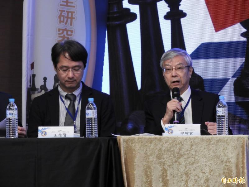 政大東亞所名譽教授邱坤玄(右)今日在「習近平對台政策:內外因素的探討」研討會強調,中共對台政策從1980年代的和平解放,至目前的和平統一,其主軸就是一國兩制。(記者陳鈺馥攝)