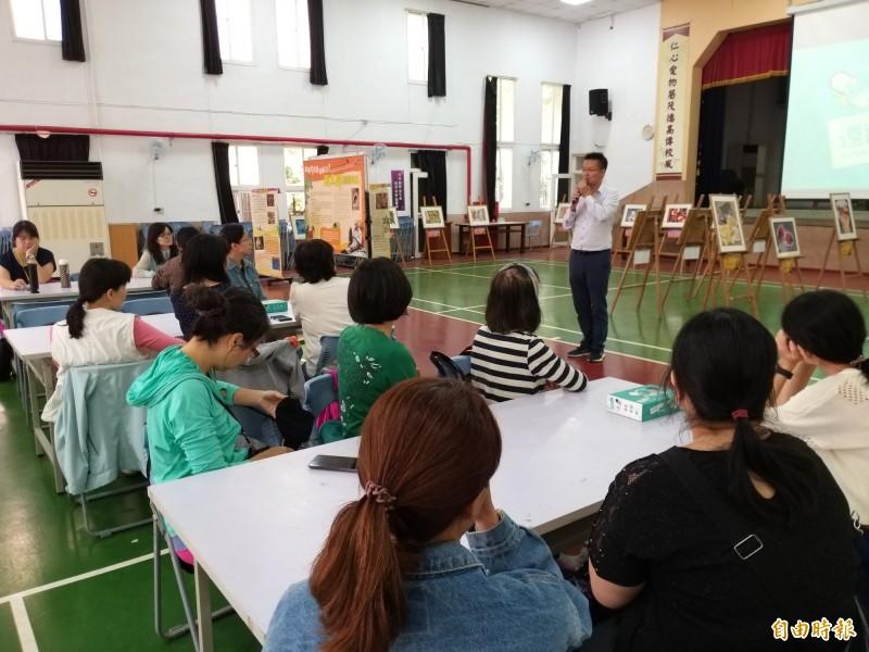 新竹縣議員吳旭智今天在竹仁國小舉辦反毒志工培訓,號召教師、校園志工一起投入反毒工作。 (記者廖雪茹攝)