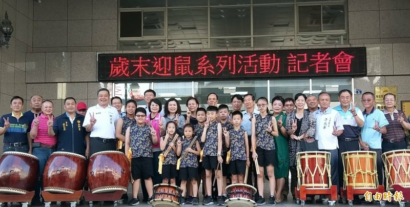 在太鼓聲中,南投市公所宣布首屆「封街追日」活動,11月9日在民族路封街展開。(記者謝介裕攝)