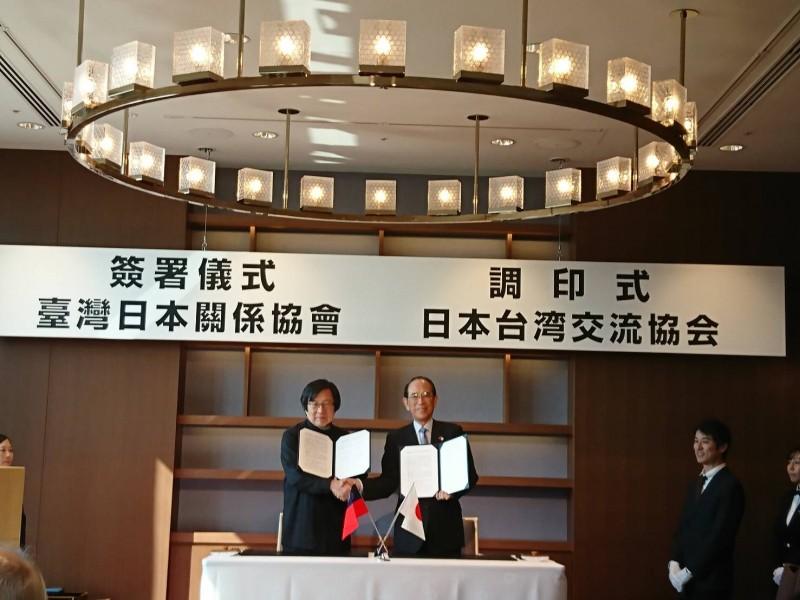 台灣日本關係協會會長邱義仁(左)及日本台灣交流協會會長大橋光夫(右)分別代表台日雙方簽署文件。(環保署提供)
