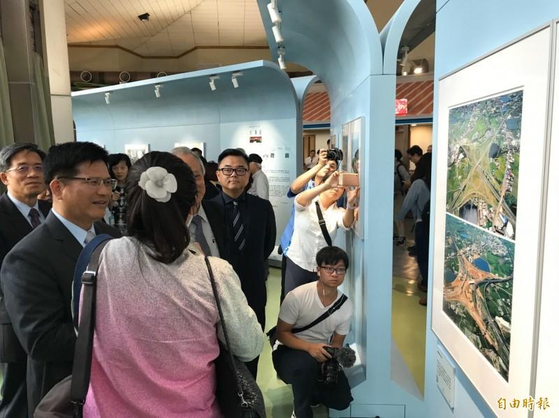 交通部長林佳龍(左)今天搶先欣賞一代空拍大師齊柏林不層面世、經數位掃描修復後的遺作。(記者黃美珠攝)