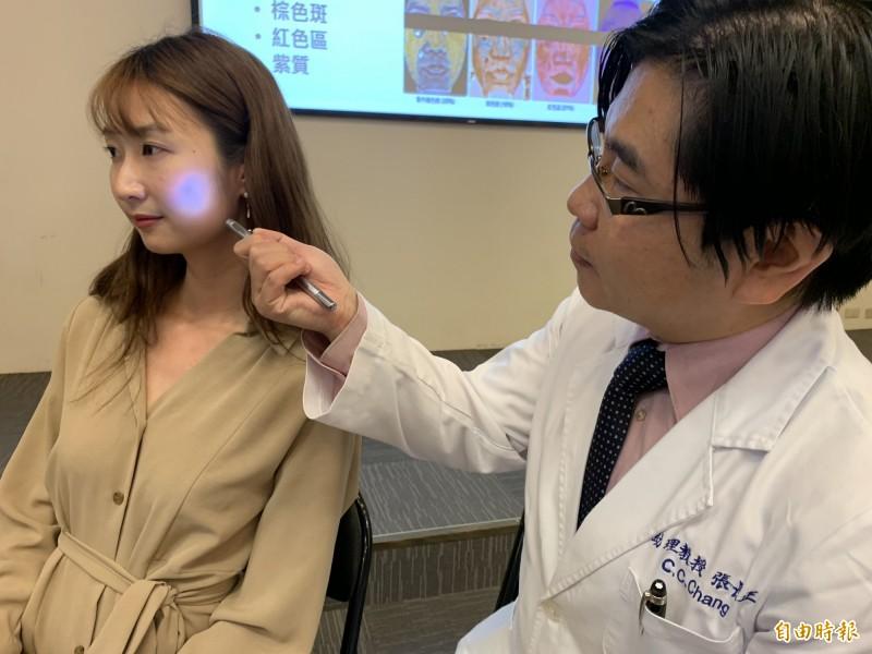 醫師張長為患者檢查臉部病灶。情境照,圖中人物與新聞事件無關。(記者蔡淑媛攝)