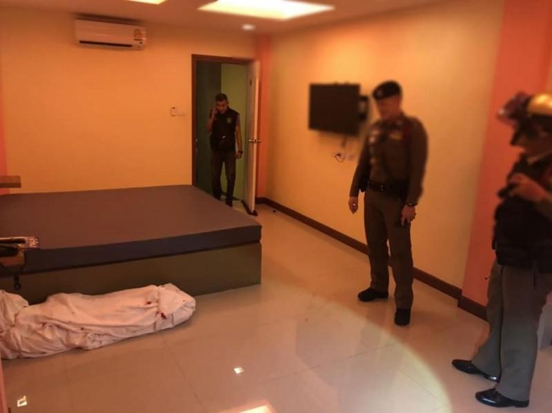 泰國北欖府(Samut Prakan)一家飯店的清潔人員近日打掃時,發現房間地板上竟出現帶血的「白色人形」,嚇得連忙報警!(圖擷取自臉書)
