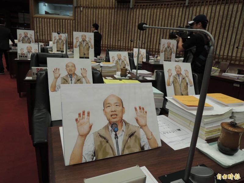 民進黨團今在高市議會擺上廿五面韓國瑜人形立牌,抗議韓國瑜缺席總質詢。(記者王榮祥攝)