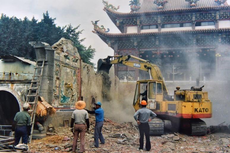 奠安宮古廟,只保留未損壞的大木結構構件,其餘化為塵土。(照片由柯鴻基提供)