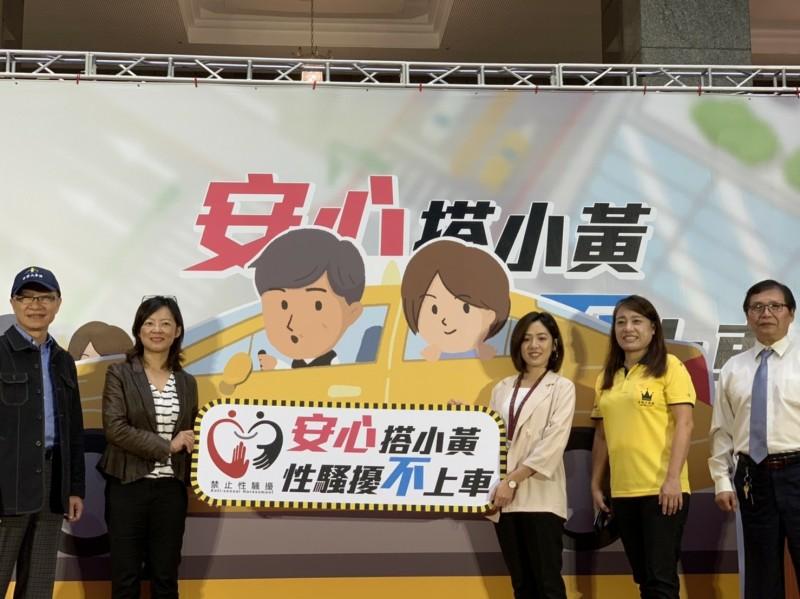 防治性騷擾,台北市社會局找來「學姊」北市府副發言人黃瀞瑩(右三)擔任宣傳大使。(社會局提供)