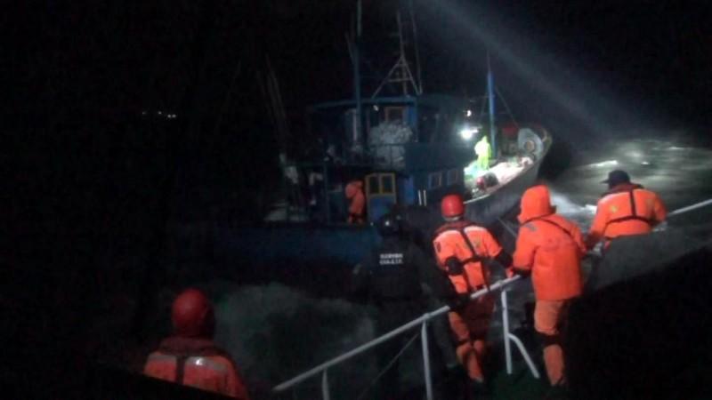 金門海巡隊頂著惡浪追捕蛇行脫逃的中國漁船(左方藍色漁船)。(圖由金門海巡隊提供)