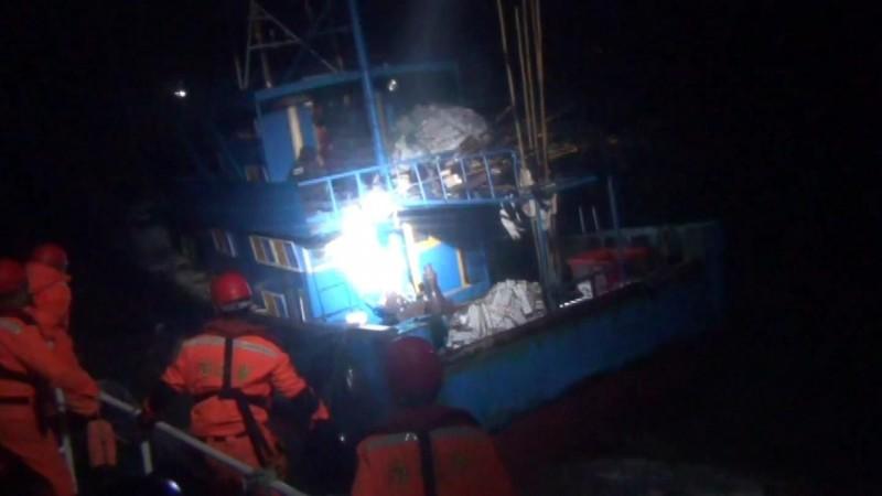 金門海巡隊追捕越界中國漁船,正小心翼翼準備跳船登檢。(圖由金門海巡隊提供)