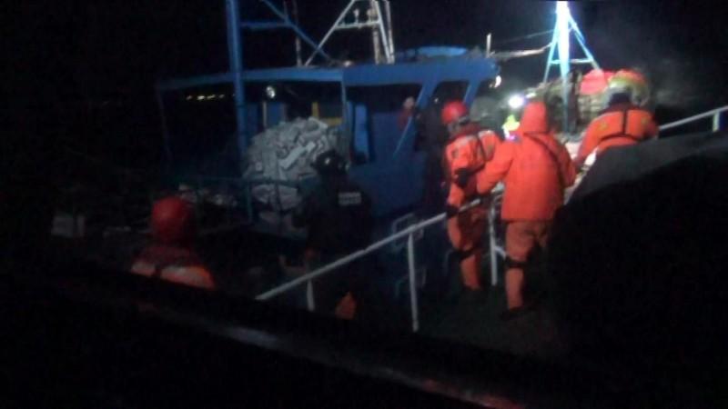 金門海巡隊追捕越界中國漁船,待船隻緊貼,冒險跳船登檢。(圖由金門海巡隊提供)