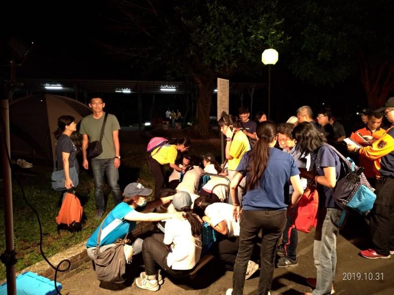 楠西曾文青年活動中心今晚傳出11位學生在野炊時,不慎遭燒燙傷,受傷學生已由救護車陸續送醫。(記者萬于甄翻攝)