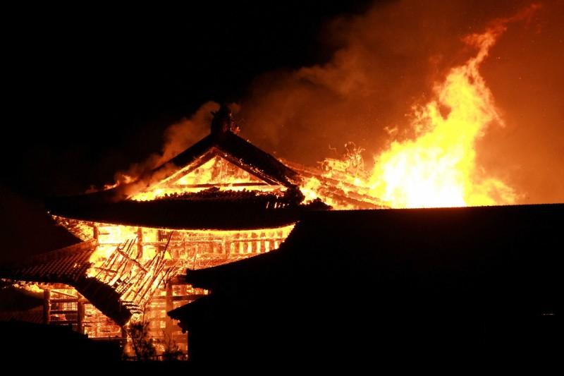 首里城的主殿今天凌晨發生大火,整個正殿全面燃燒,火光沖天。(歐新社)