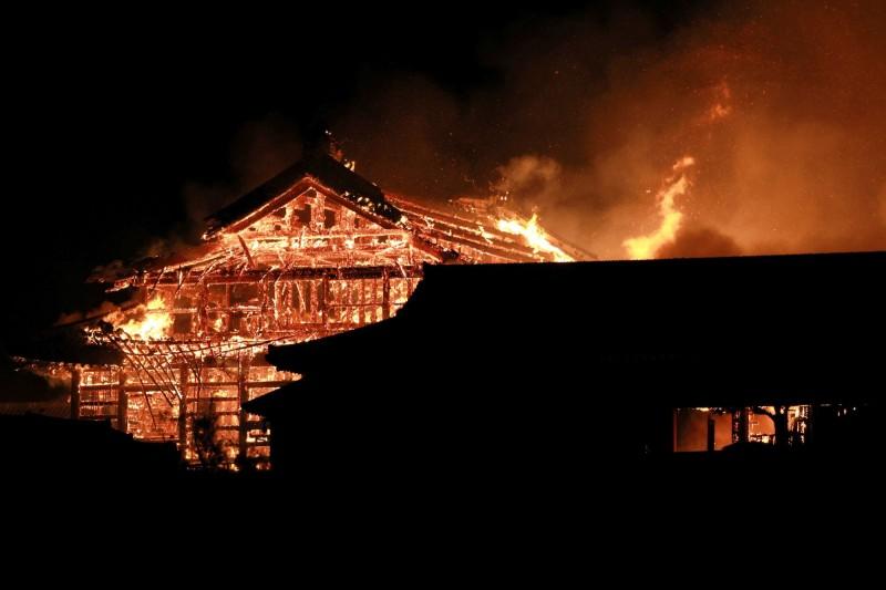 日本沖繩世界遺產「首里城」今(31)日凌晨遭遇大火,延燒將近11小時。(歐新社)