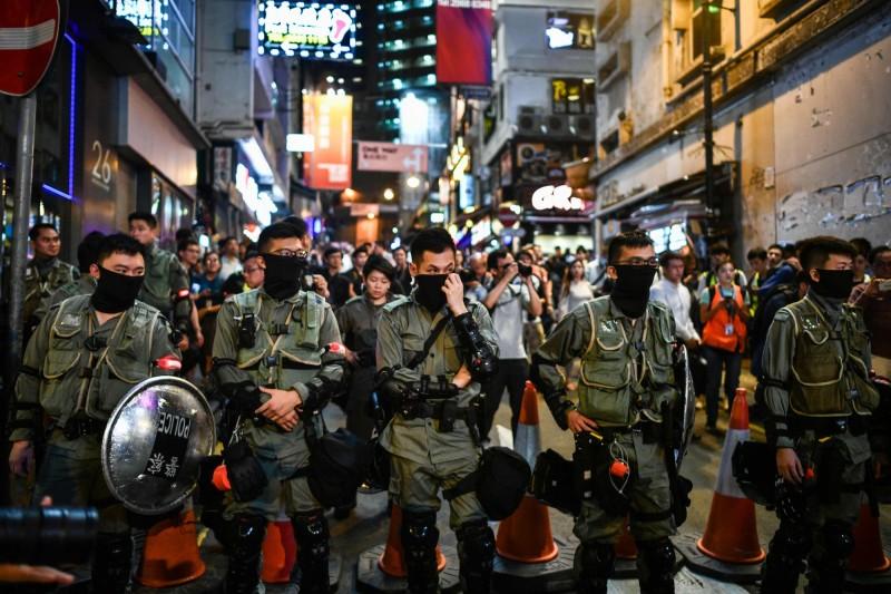 警方早已在蘭桂坊重兵把守,並以安全要求拒絕任何人進入蘭桂坊地區。(法新社)