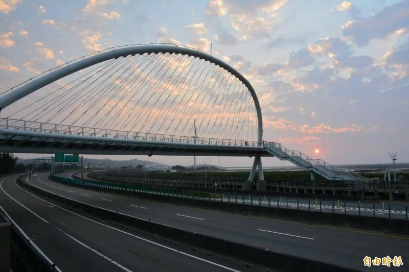 西濱快速公路全線除新竹的鳳鼻至香山段外,將於明年春節前完工通車,圖為西濱公路豎琴橋。(資料照,記者洪美秀攝)