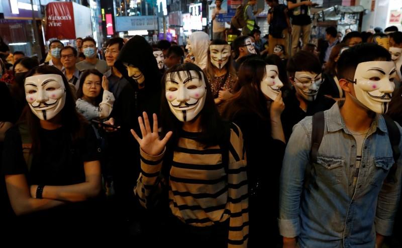 港警今晚重兵把守拒絕任何人進入蘭桂坊地區,有人則要求警方開路,氣氛緊張。(路透)