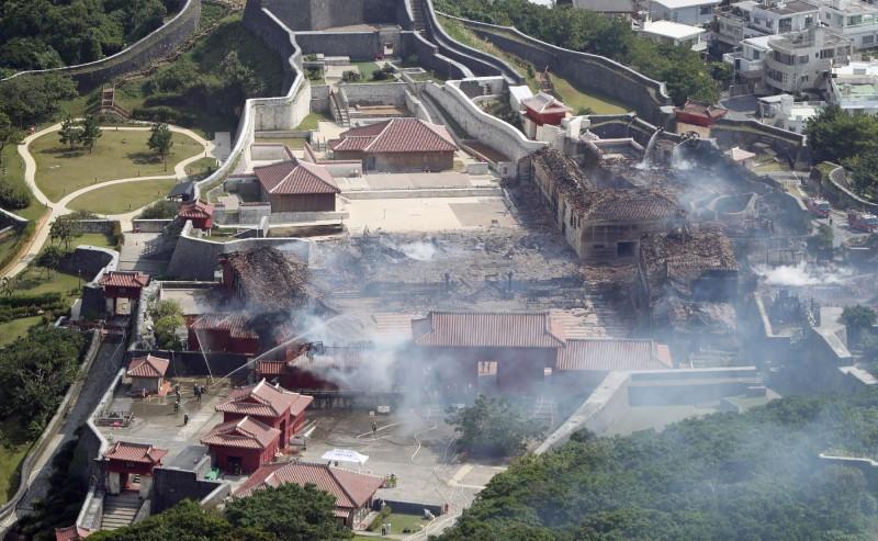 首里城遭遇大火後,火勢目前已接近撲滅。(法新社)