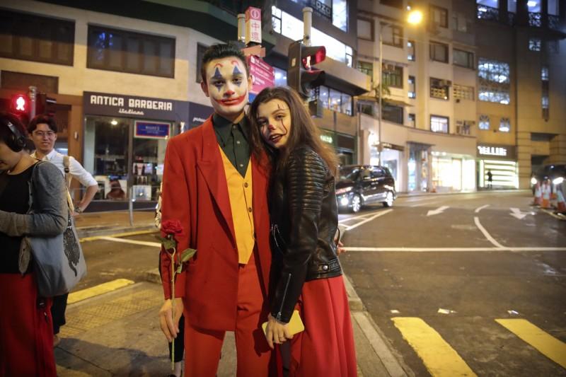 萬聖節前夕,香港有網友發起港島面具遊行,從銅鑼灣維園遊行至中環蘭桂坊,呼籲市民要蒙面「扮鬼」。(美聯社)