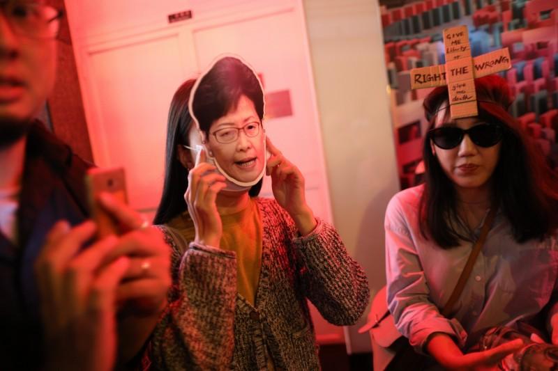 有人戴著林鄭月娥的面具。(歐新社)