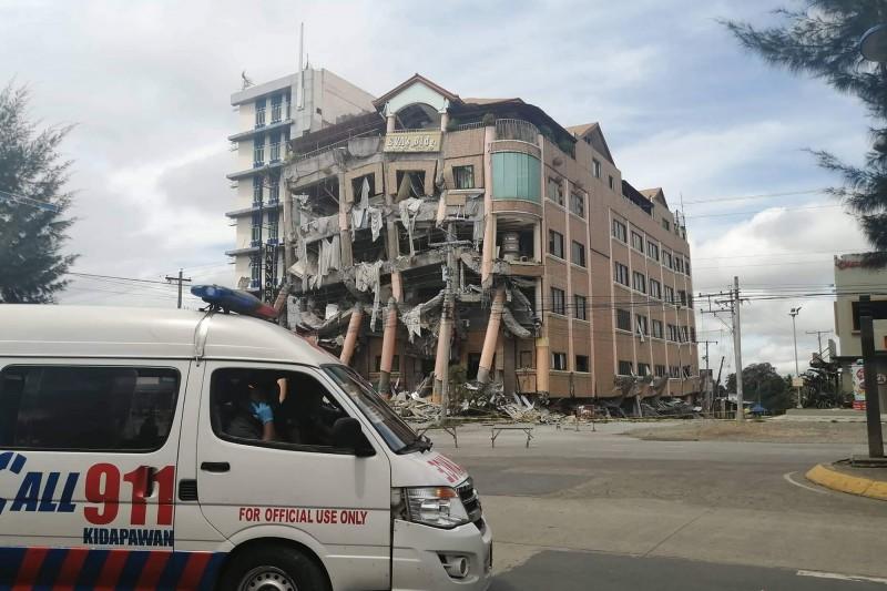 菲律賓火山暨地震研究所指出,民答那峨島哥打巴托省杜路南市今上午9時11分測得規模6.5強震,據稱有建築物因此倒塌。(法新社)