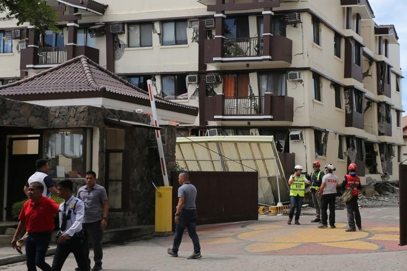 達沃市一處住宅區房屋毀損傳出因強震出現毀損。(法新社)
