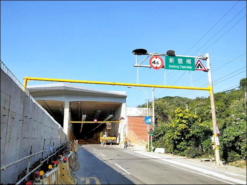 除新竹路段鳳鼻-香山共10公里路段外,其餘路段將於明年春節前完工通車。圖為台61線新豐鳳鼻隧道出口,出隧道後與高架銜接。(公路總局提供)