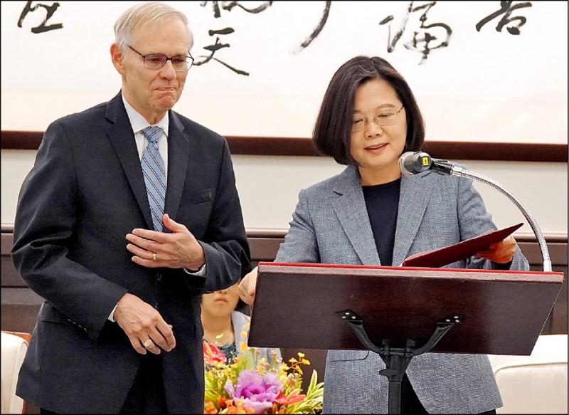 蔡英文總統(右)昨接見美國布魯金斯研究院台灣講座卜睿哲博士(左),對於美國眾議院外委會通過「台北法案」表示感謝。(中央社)