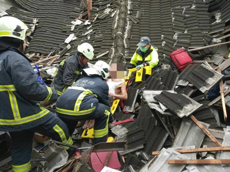 民宅內65歲老翁被屋瓦壓傷,救護人員將其送醫治療。(記者張議晨翻攝)