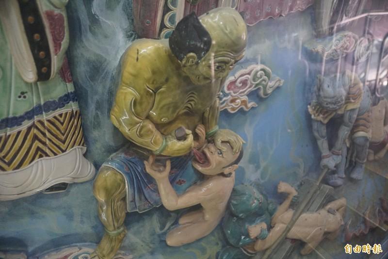 龍虎塔內的「拔舌地獄」浮雕引爆網友話題。(記者黃佳琳攝)
