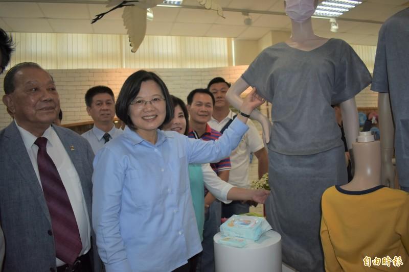 總統蔡英文(左二)明天將在台南助選,並與賴清德同台拉抬聲勢。(記者楊金城攝)