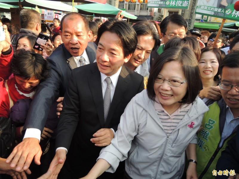 民進黨「蔡賴配」,呼之欲出。圖為2015年2月蔡英文(右)到安平競選造勢,時任市長賴清德(左)陪同助選。(記者洪瑞琴攝)