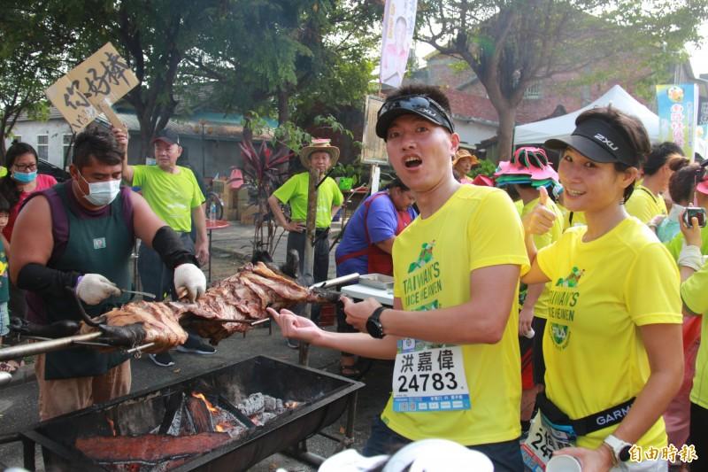 田中馬賽道聚集烤乳豬等美食補給站,成為賽事最大特色。(資料照,記者陳冠備攝)
