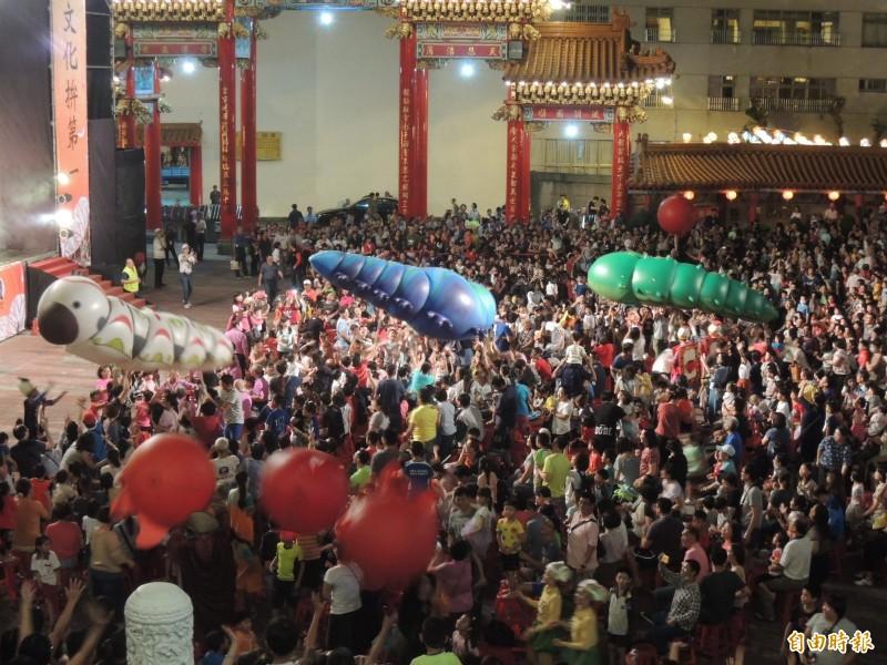紙風車劇團在五甲龍成宮與在地鄉親同樂。(記者蔡清華攝)