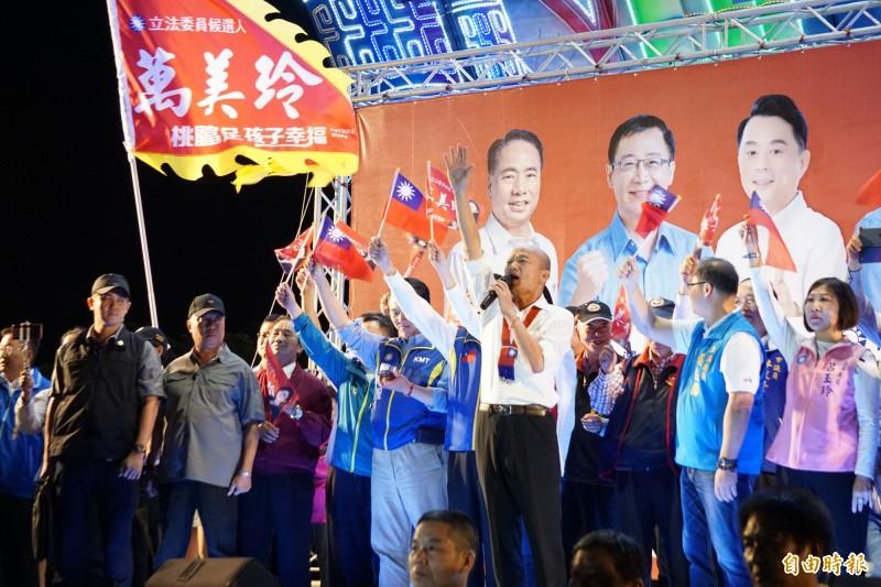 韓國瑜造勢完會,現場高呼強調「庶民選總統,總統選庶民」。(記者謝武雄攝)