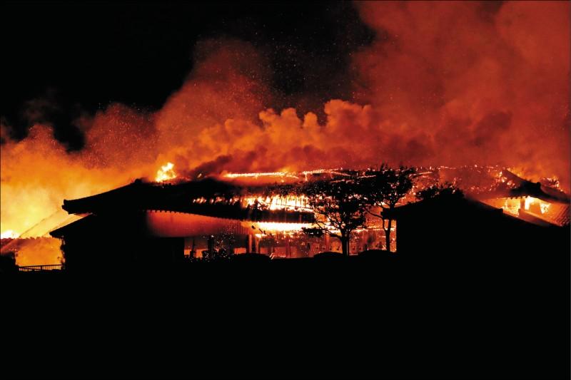 首里城大火燒毀正殿、北殿和南殿等七棟均以木材打造的建築物,火勢延燒十一個小時才撲滅。(美聯社)