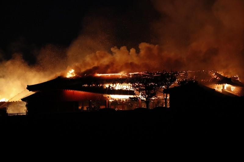 日本沖繩縣那霸市的首里城在當地時間10月31日凌晨2點40分左右發生大火,包括正殿、北殿和南殿等7棟建築物全部燒毀。(美聯社資料照)