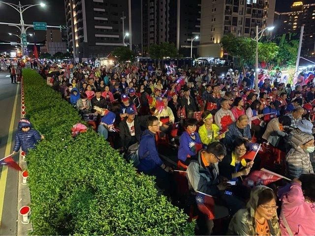 四叉貓指出,在晚間7時整排椅子尾端都坐滿了,估計現場突破2000人。(擷取自PTT)
