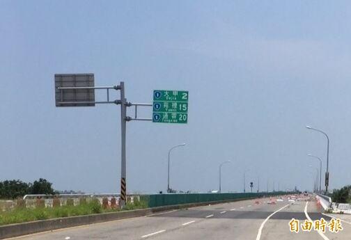 台61線大甲溪橋路段進行雙向伸縮縫改善工程,11月2日起將封閉外側車道施工,改由內側1車道通行。(資料照)