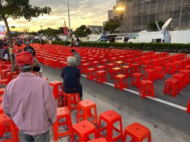 根據四叉貓的計算,造勢現場外圍擺放了71x15共1065張椅子。(擷取自PTT)