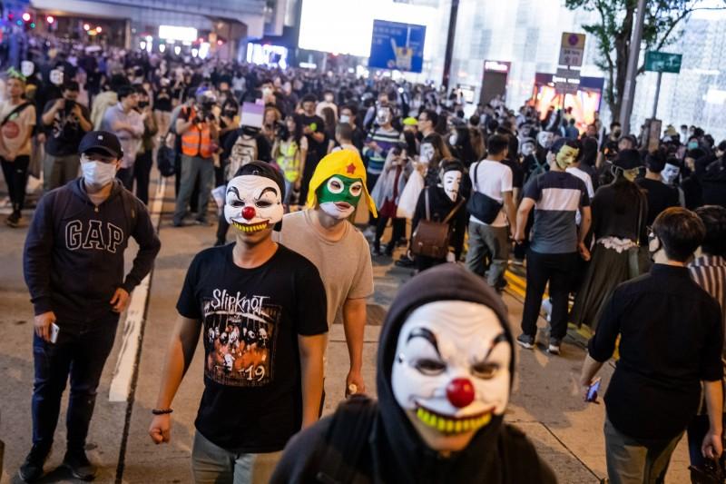 港人號召「戴面具」慶祝萬聖節。(彭博)