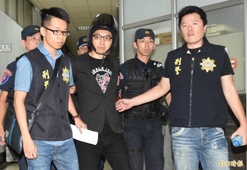 連千毅(前左二)傳出遭檢方收押期間,在看守所觀看電視新聞,得知檢警查扣他所販售的物品是假貨等內容。(資料照)