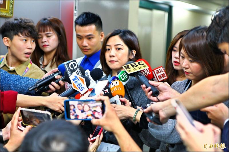 北市府副發言人、「學姐」黃瀞瑩驚傳疑遭職場性騷擾,出面接受媒體訪問。(記者蔡亞樺攝)