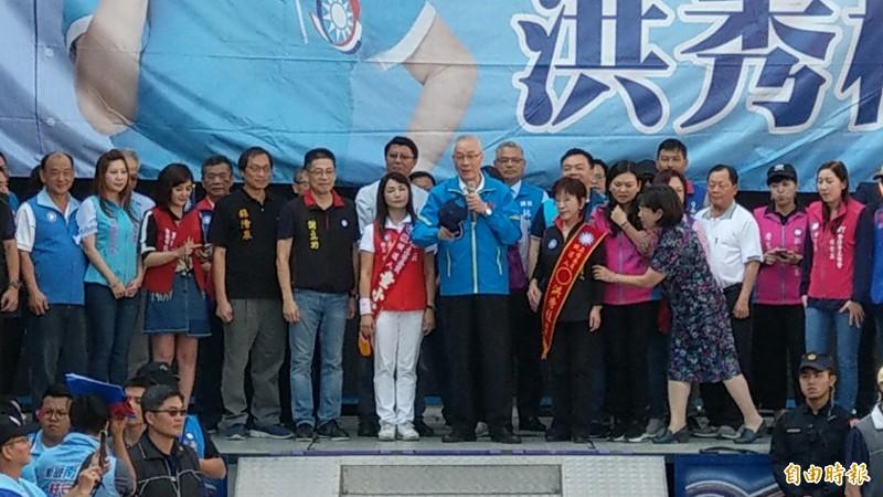 國民黨主席吳敦義為台南市立委參選人洪秀柱站台助選。(記者劉婉君攝)