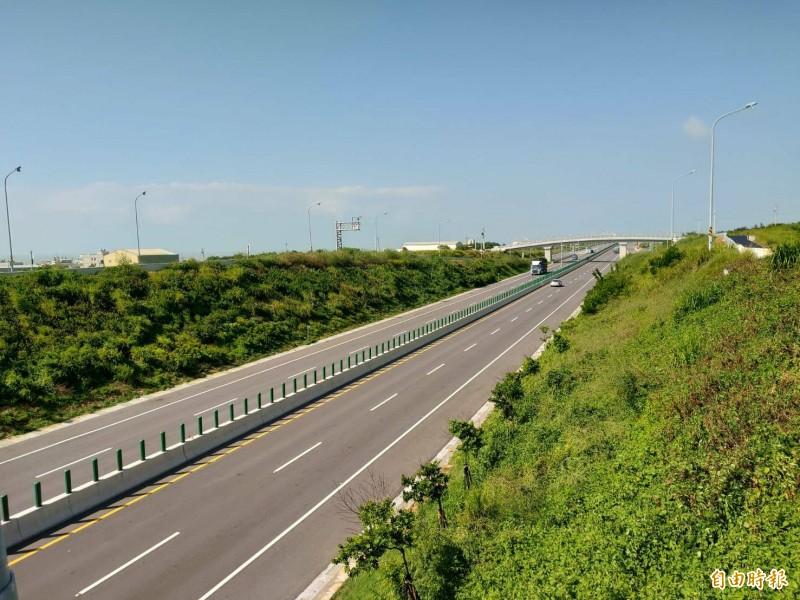 西濱通灣至白沙屯段區間測速完工,正在測試中。(記者蔡政珉攝)