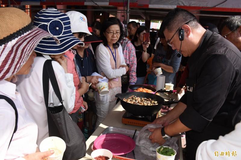 文蛤料理與試吃,最受民眾歡迎。(記者林國賢攝)