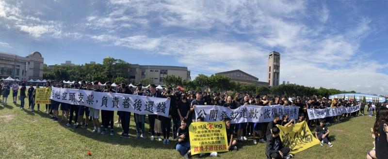 陽明高中師生持布條抗議,要求撤換校長。(教師會提供)