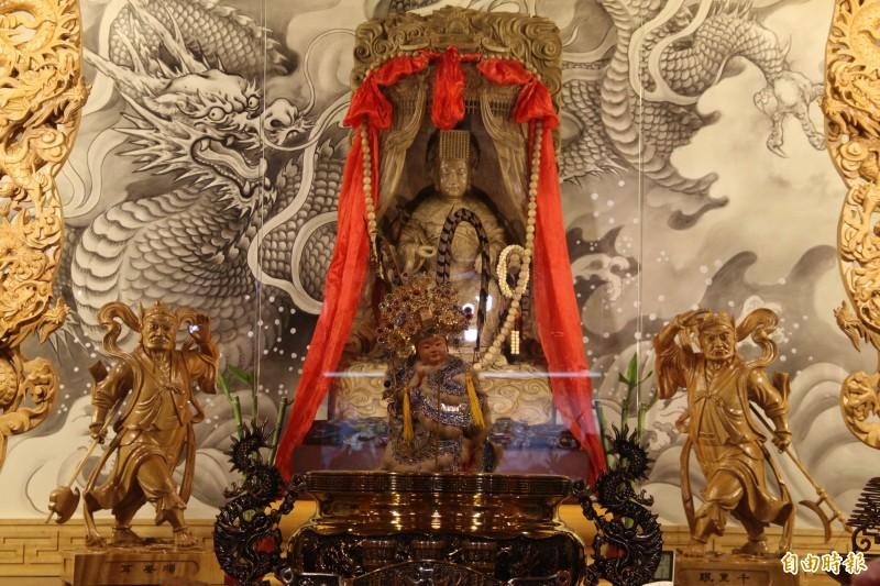 「千年沉香媽祖」重達57公斤、高109公分、寬65公分,是由中國福建沉雕大師李鳳強帶領團隊,耗時2年以10萬刀精心完成。(記者許倬勛攝)