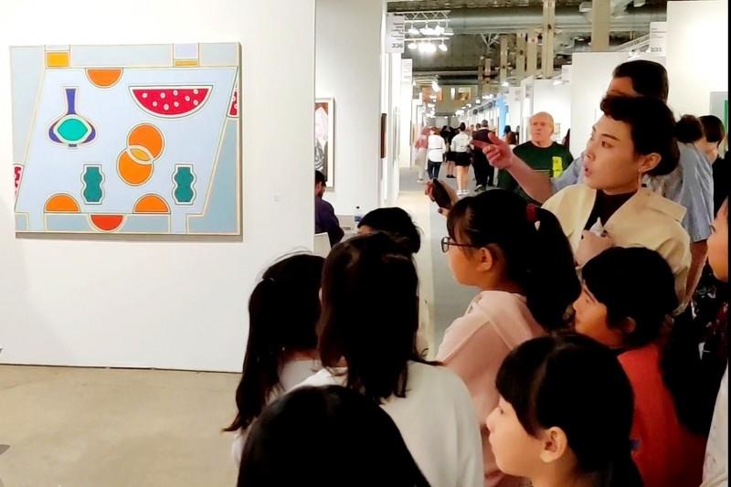 陳宥亘帶著學生到美國芝加哥參加Andersonville arts fest藝術節。(記者林宜樟翻攝)