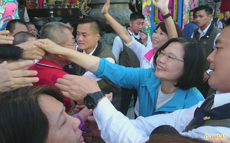 蔡英文到麻豆良皇宮參拜、揭匾,鄉親熱情爭相握手。(記者楊金城攝)
