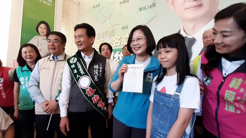 小插畫家潤餅(右2)今天把神秘信封交給總統。(記者王捷翻攝)
